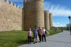 quelques pèlerins devant les murailles