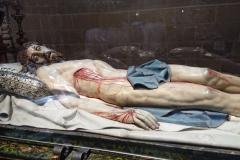 Christ gisant; sculpture faite dans un seul tronc